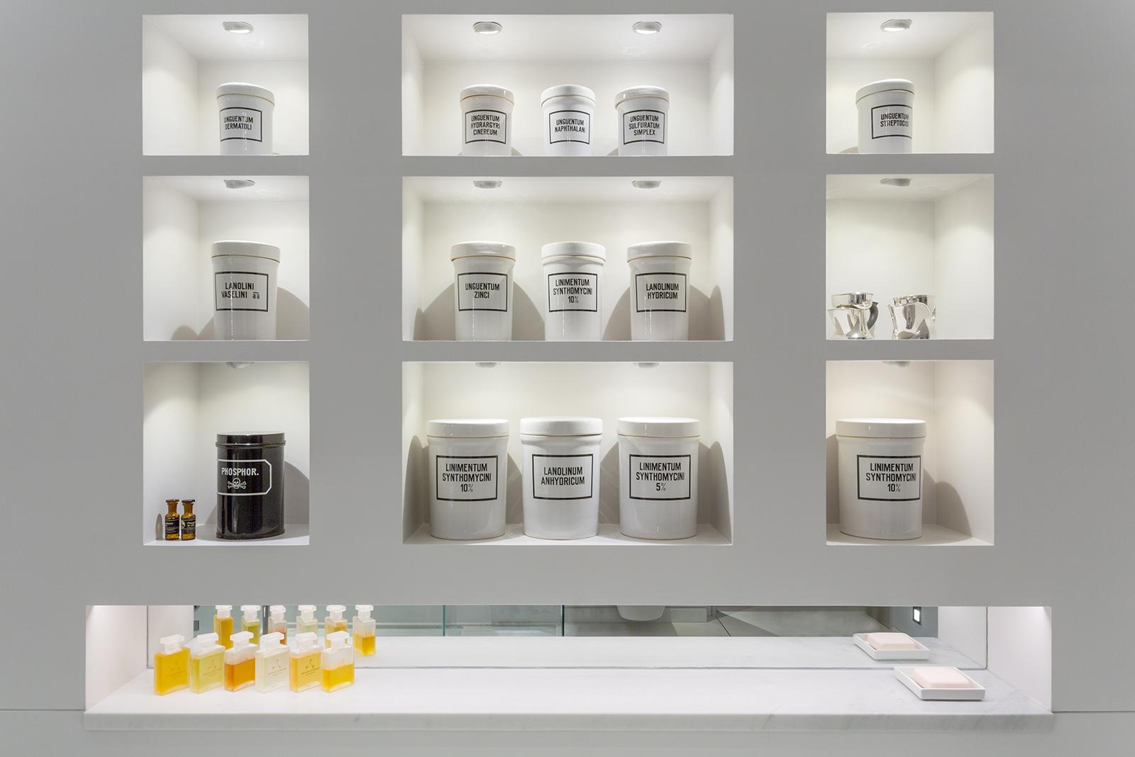 white bathroom shelf lighting design